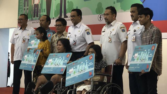 Anies Salurkan Bantuan Kartu Penyandang Disabilitas